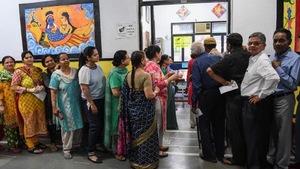 Des personnes font la file pour aller voter