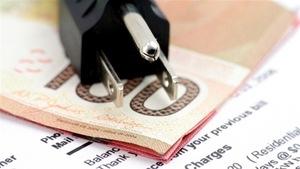 Un fil électrique, des billets de banque et une facture