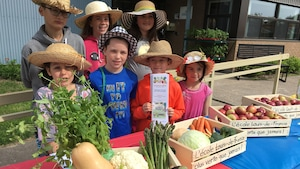 Les élèves de l'École Louis-de-France, à Trois-Rivières, participent à un programme de jardinage.