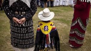 Autochtones aux costumes traditionnels
