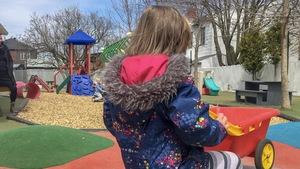 Un enfant s'amuse dans les jeux extérieurs du CPE le Cheval sautoir.