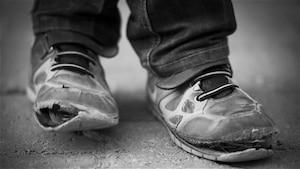 Des chaussures usées d'enfants