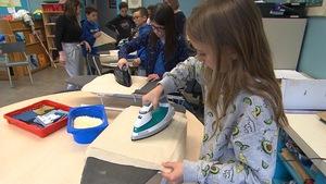 Des enfants de l'école Catherine-Soumillard fabriquent des sacs réutilisables afin d'utiliser moins de plastique.