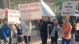 Photo d'enfants qui tiennent des affiches.