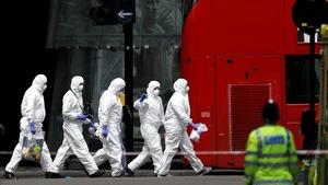 Des experts de la police passe au peigne fin les lieux des attaques survenues à Londres.