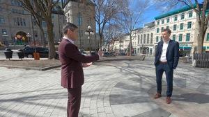 Bruno Savard discute avec Bruno Marchand devant l'hôtel de ville de Québec.