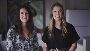 Deux jeunes femmes sourient.