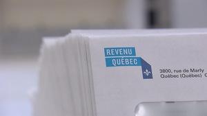 Des enveloppes sur lesquelles apparaît le logo de Revenu Québec.