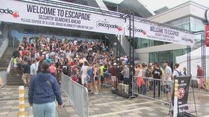 Les festivaliers accèdent au site du festival Escapade.