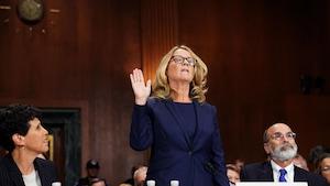 Christine Blasey Ford prête serment avec la main droite levée.
