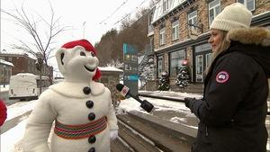 Bonhomme Carnaval et Claudia Genel dans le Petit Champlain, l'hiver.