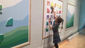Une fillette dans l'exposition Murmures