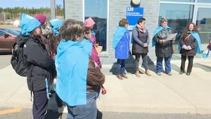 Des femmes ont manifesté devant le bureau du député Jean D'Amour à Rivière-du-Loup.