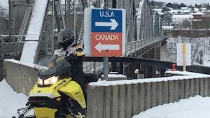 Un motoneigiste traverse la frontière