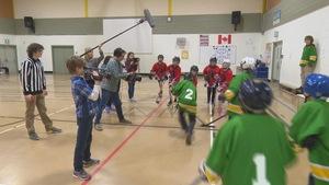 Des élèves en 8e année à l'École Regent Park de Winnipeg tournent un court-métrage dans le cadre du Festival des vidéastes du Manitoba.