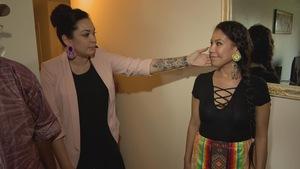 Naomie, une des stylistes autochtones avec son modèle