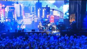 La scène, la foule et les nombreux drapeaux fleurdelysés