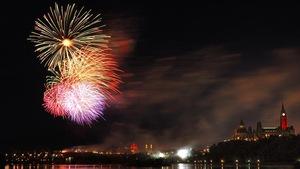 Une feu d'artifice de couleur rouge illumine le ciel d'Ottawa.