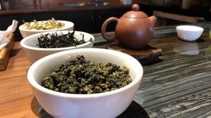 Différentes feuilles de thé dans des bols