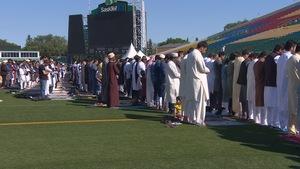 À Regina, des milliers de musulmans se sont réunis au stade Mosaic pour célébrer la fin du ramadan.