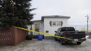 Une maison mobile est entouré d'un ruban jaune de la police.