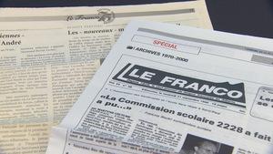 Vue sur deux journaux du Franco sur une table.
