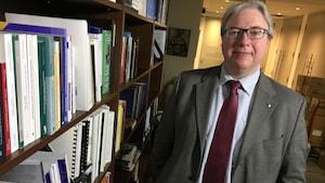 Le commissaire aux services en français de l'Ontario, François Boileau, dans ses nouveaux bureaux.