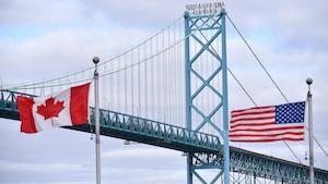 Deux drapeaux ballottés par les vents