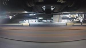 Un frotteur vu par une caméra placée sous une voiture du métro de Montréal