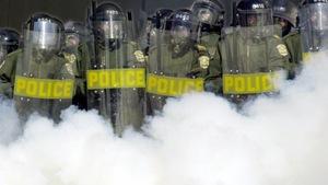 Un cordon de policiers anti-émeutes.