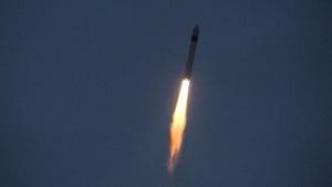 Plan éloignée de la fusée dans le ciel.