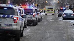 Plusieurs voitures de police dans une rue d'Ottawa.