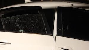 Photo montrant les balles qui ont atteint le véhicule de la victime.