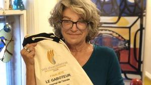 Jacinthe Tremblay tient un sac avec le nom du journal.