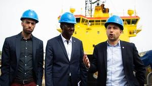 Gabriel Nadeau-Dubois (à droite), visite un chantier durant la campagne électorale.