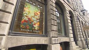 Un toile qui montre des fleurs est exposée dans la vitrine de la galerie Corno.