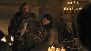 Plusieurs personnages se parlent alors qu'on voit une tasse devant une femme.