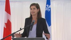 Geneviève Guilbault parle devant un lutrin.