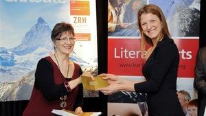Geneviève Jannelle recevant en 2012 sa bourse de 6000 $ des mains de Diane Miljours, du Conseil des arts du Canada