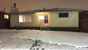 La résidence qui a été frappée par un morceau de glace, tombé d'un avion