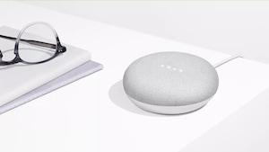 Une photo du Google Home Mini, un petit haut-parleur circulaire de la taille d'une rondelle de hockey.