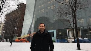 Alain Dancyger, directeur général des Grands Ballets, devant l'immeuble devant abriter la troupe au centre-ville de Montréal