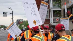 Des manifestants vêtus de dossards, pancartes à la main