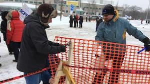Des employés en grève font du piquetage.