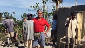 Clermont Deschênes et des Haïtiens qui s'affairent à la construction de maisons