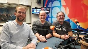 Damien Hallegatte, Mario Leone et Louis Legault en studio.