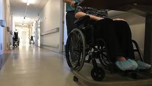 Une femme en chaise roulante