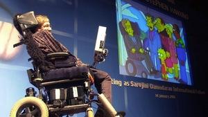 Stephen Hawking lors d'une conférence à Mumbai, en Inde, en 2001, où on utilisait un extrait des Simpson où il apparaît.