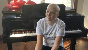 Émelie Holmes-David assise à son piano