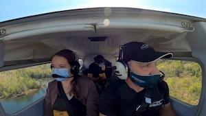 Sophie Bernier, le pilote et un caméraman dans l'avion.